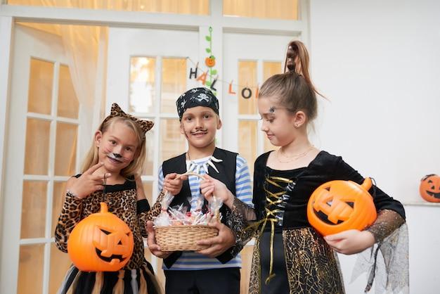 Дети на вечеринке в честь хэллоуина