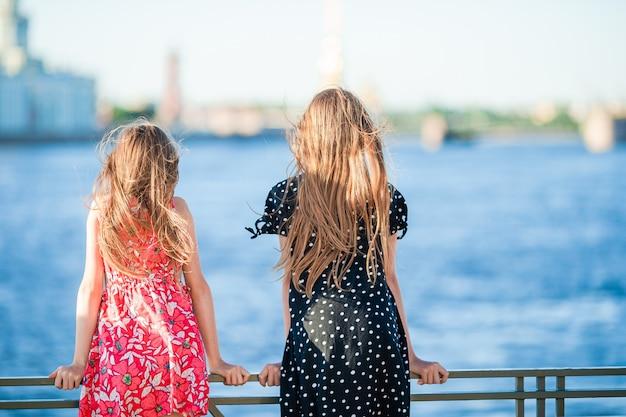 Дети на летней набережной в санкт-петербурге