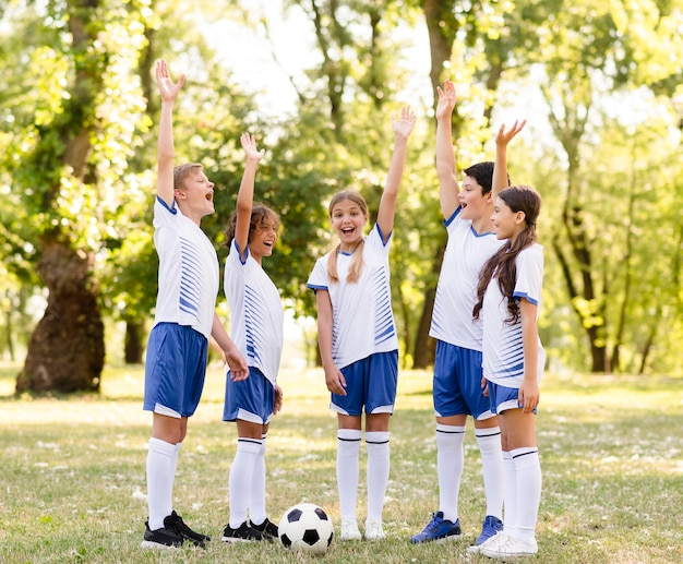 サッカーの試合に勝った後幸せな子供たち