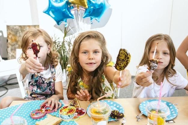 I bambini e le decorazioni di compleanno.