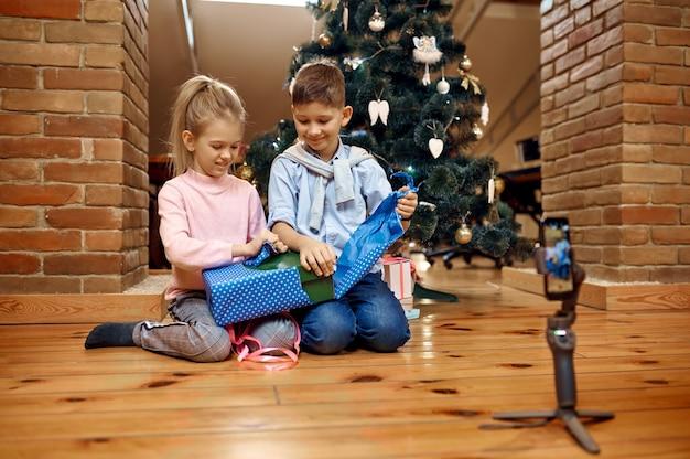 Детские блогеры, блог у елки, маленькие влогеры