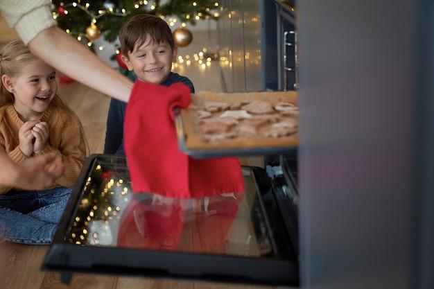 아이들은 수제 진저 브레드 쿠키를 기다릴 수 없습니다.
