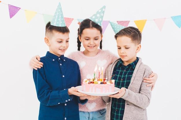 Дети празднуют день рождения