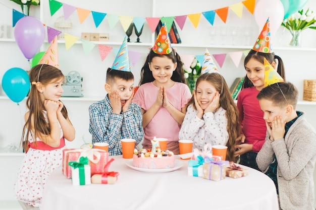 誕生日を祝う子供たち Premium写真
