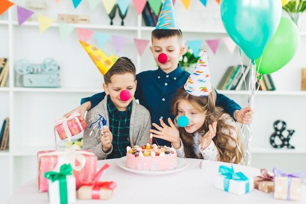 誕生日を祝う子供たち 無料写真