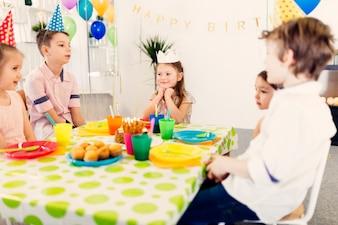 誕生日のサイドビューを祝う子供たち