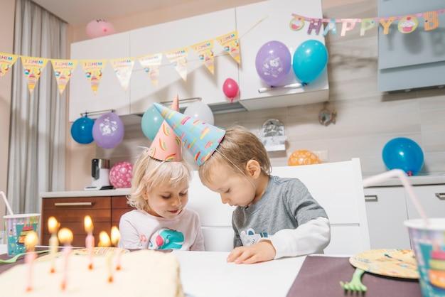 Bambini festeggiano il compleanno