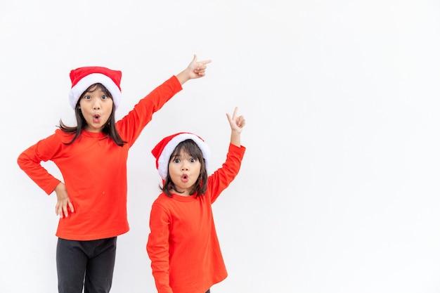 아이들은 즐거운 크리스마스를 축하합니다 형제들은 크리스마스를 축하하거나 새해를 맞이할 준비가 되어 있습니다