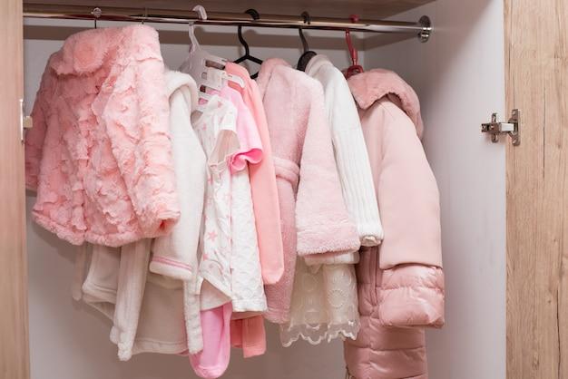 옷장에 옷걸이에 걸려있는 어린이 옷