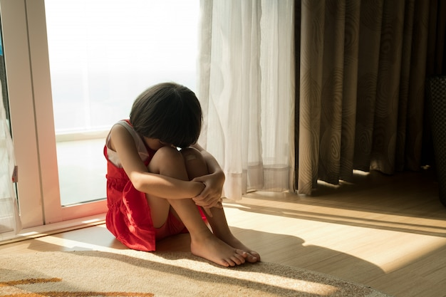 子供の泣き声、小さな女の子の泣き声、悲しい気持ち、若い女の子の不幸