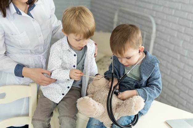 장난감 환자와 노는 어린이 의사