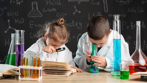 실험실에서 실험을하는 아이들