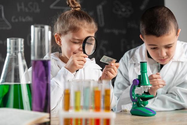 実験室で実験をしている子供たち