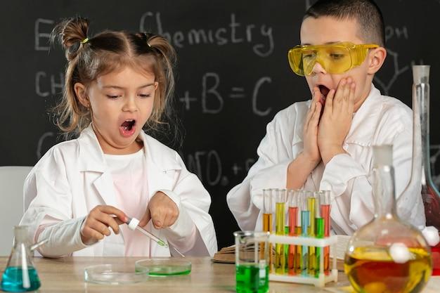 Bambini che fanno esperimenti in laboratorio
