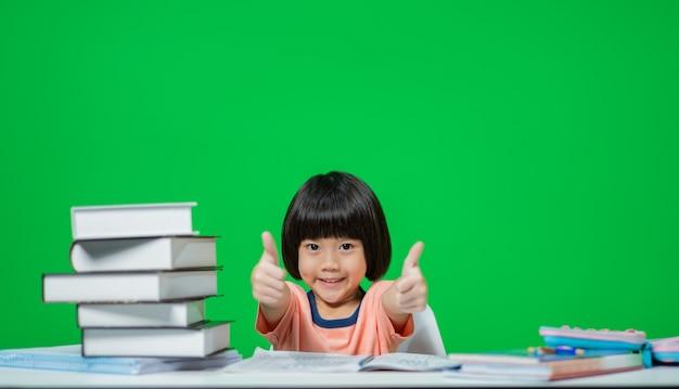 緑の画面で宿題をしている子供たち