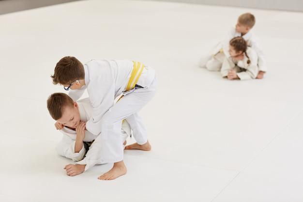 Дети занимаются каратэ в тренажерном зале