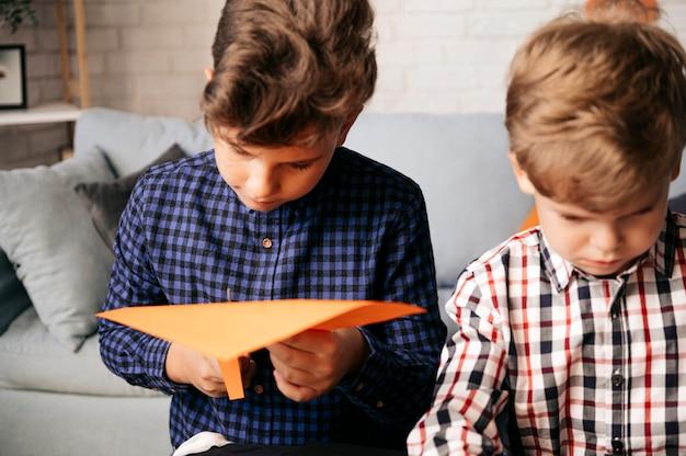 Дети рисуют вырезанный декор на праздник хэллоуин