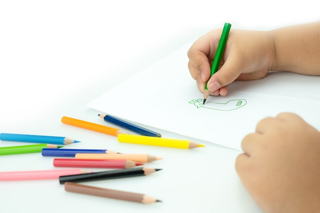 아이들은 놀이방에서 페인트를 그립니다.