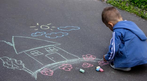 아스팔트 가족 집에 그리는 아이들. 선택적 초점