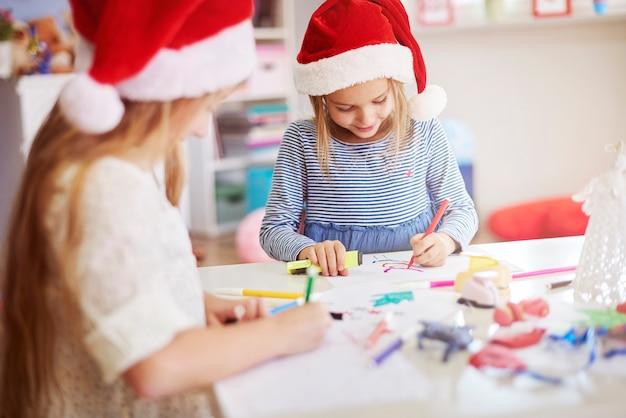 いくつかのクリスマスの絵を描く子供たち