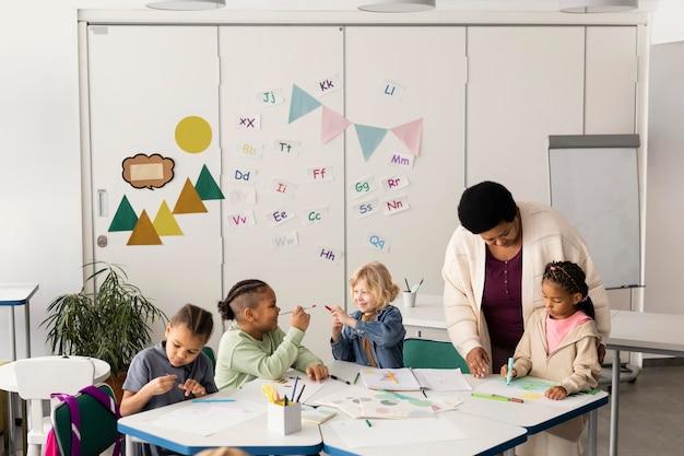 教室で一緒に描く子供たち