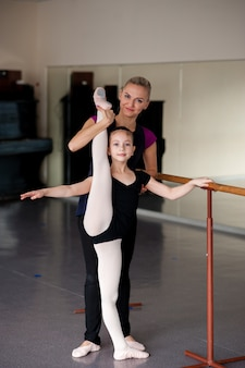 발레 학교에서 안무에 종사하는 아이들.
