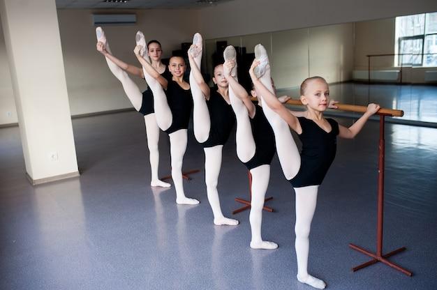 バレエ学校で振り付けをする子供たち。