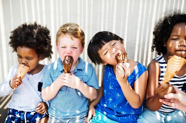 アイスクリームを楽しむ子供たち