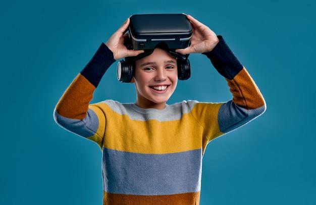 青で隔離された仮想現実を体験している子供たち。