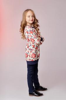 子供ファッションの若いモデルの子供たちがカメラにポーズ