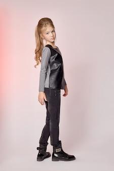 Детская мода, молодые модели, дети позируют перед камерой.