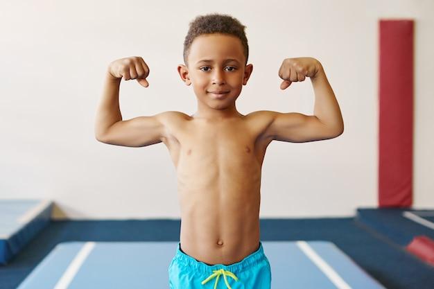 Concetto di bambini, fitness, salute ed etnia.