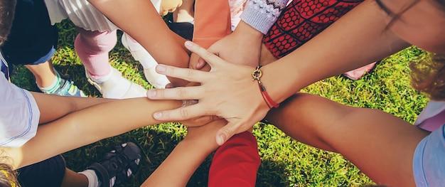 아이들은 손을 모아 거리에서 놀았습니다. 선택적 초점.