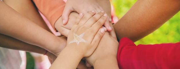 子供たちは手を組んで、路上で遊びます。セレクティブフォーカス。