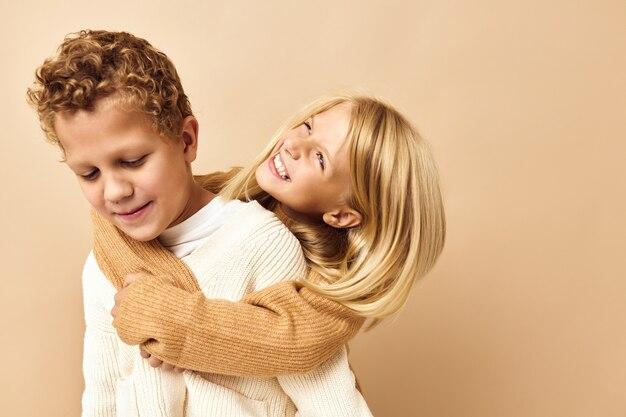 子供の友情は後ろの子供時代のベージュの背景に乗る