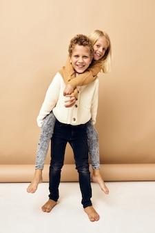 子供の友情は、子供の頃の孤立した背景に乗る