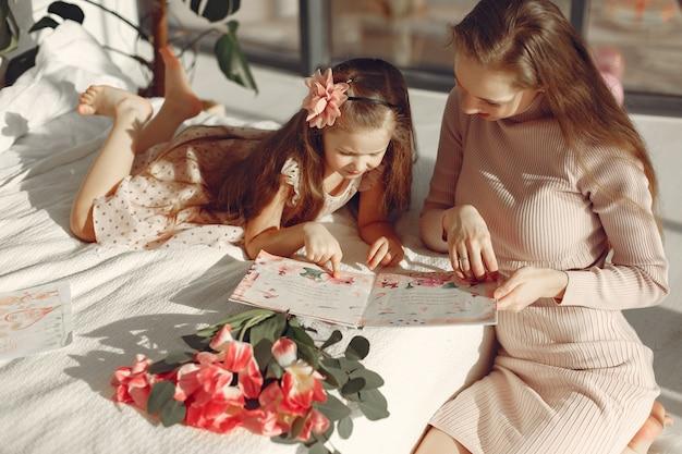 I bambini hanno dato i fiori alla mamma per la festa della mamma
