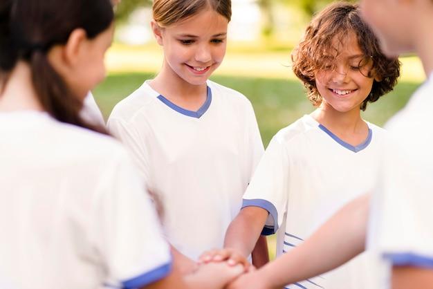 I bambini si preparano a giocare a calcio