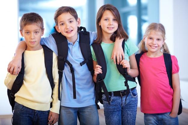 함께 학교에가는 아이들