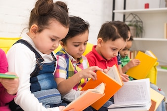 Детская группа читает книги