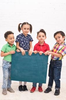 黒板と子供たちのグループ