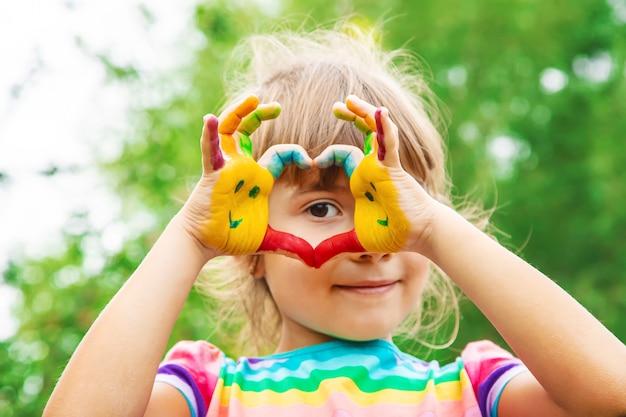 아이들은 색상에 손을. 여름 사진. 선택적 초점.