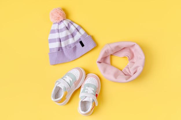 子供の帽子とスニーカーのスカーフ。春秋に向けたベビー服とアクセサリーのセットです。ファッションキッズ衣装。フラットレイ、上面図