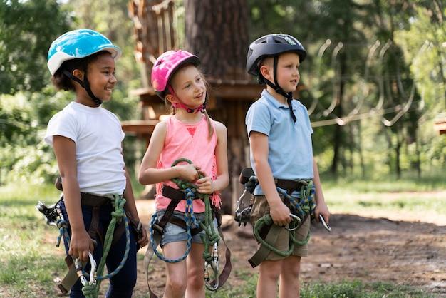 Bambini che si divertono in un parco avventura