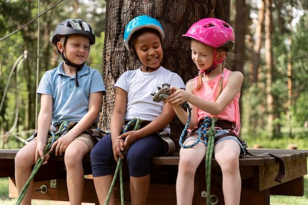 アドベンチャーパークで楽しんでいる子供たち