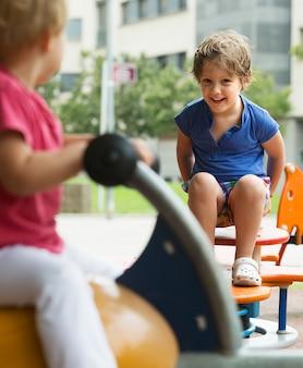 Дети веселятся на детской площадке