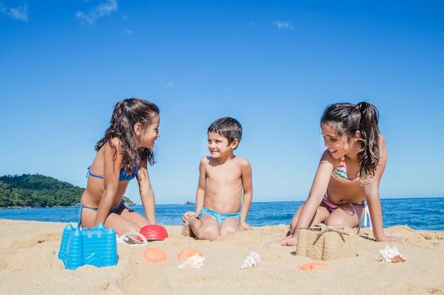 Bambini che si divertono sulla spiaggia