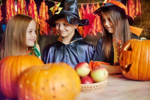 Дети веселятся во время хэллоуина