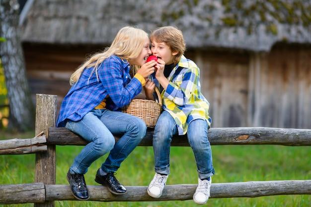 Дети, пикник на открытом воздухе