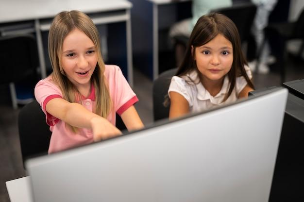 기술 교육 수업을 받는 아이들